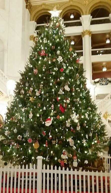 """News 8 visited the State Capitol Building and the Governor's Residence to see how state staffers """"decked the halls."""""""