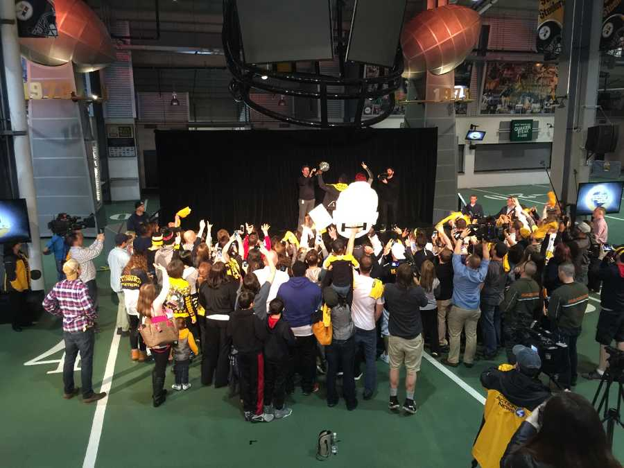 """Antonio Brown asked fans to """"come close"""" for a snapchat selfie video!"""