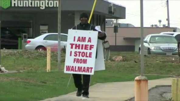 An Ohio man chose to wear a sign proclaiming he's a thief rather than go to jail after trying to steal a 52-inch television.