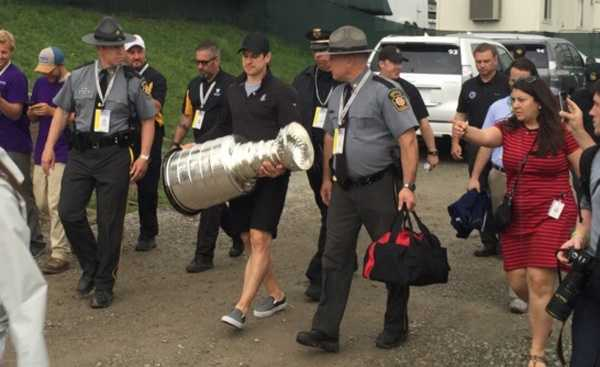 Sidney Crosby visited the U.S. Open at Oakmont with the Stanley Cup.