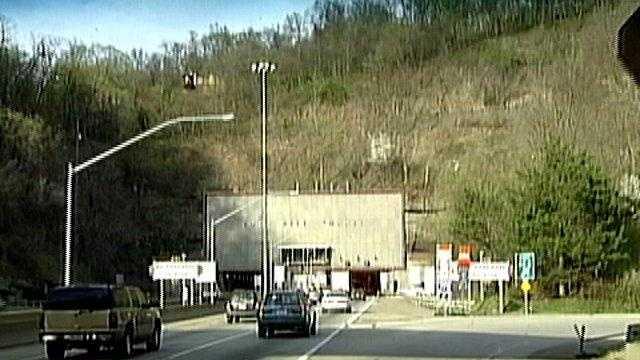 inbound fort pitt tunnel entrance - 23111318