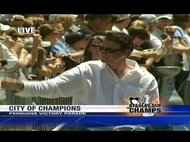 Pens owner Mario Lemieux waves to the crowd.