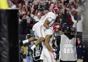 Alabama's O.J. Howard (88) celebrates a 51-yard touchdown reception during the second half of the NCAA college football playoff championship game against Clemson, Monday, Jan. 11, 2016, in Glendale, Ariz.