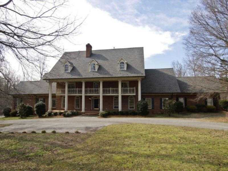 This estate has 6 bedrooms and 9 bathrooms