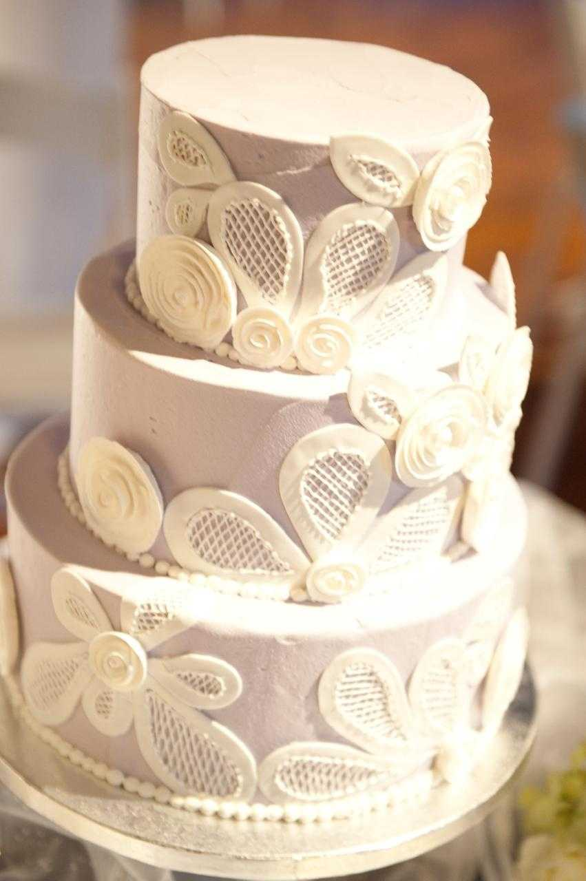 Fancy lace and designed cakes will take your Hollywood Glam to a higher level.