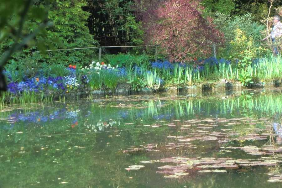Maybe even have paints and sheets of paper for orginal artwork from guests for the couples memories or for their favors. A neat favor would be an artist to do a caricature of them for keeps. (Claude Monet Gardens at Giverny in Paris, France)