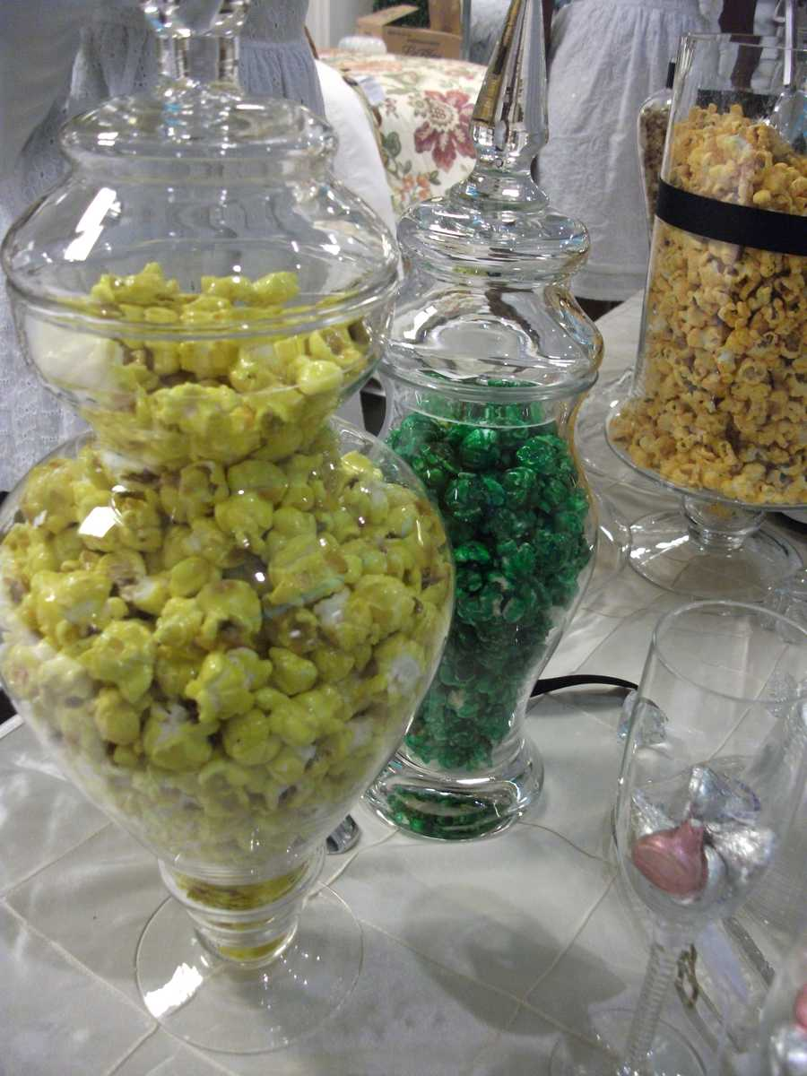 Popcorn and candies can be served in your wedding colors. (The Popcorn Fanatic)