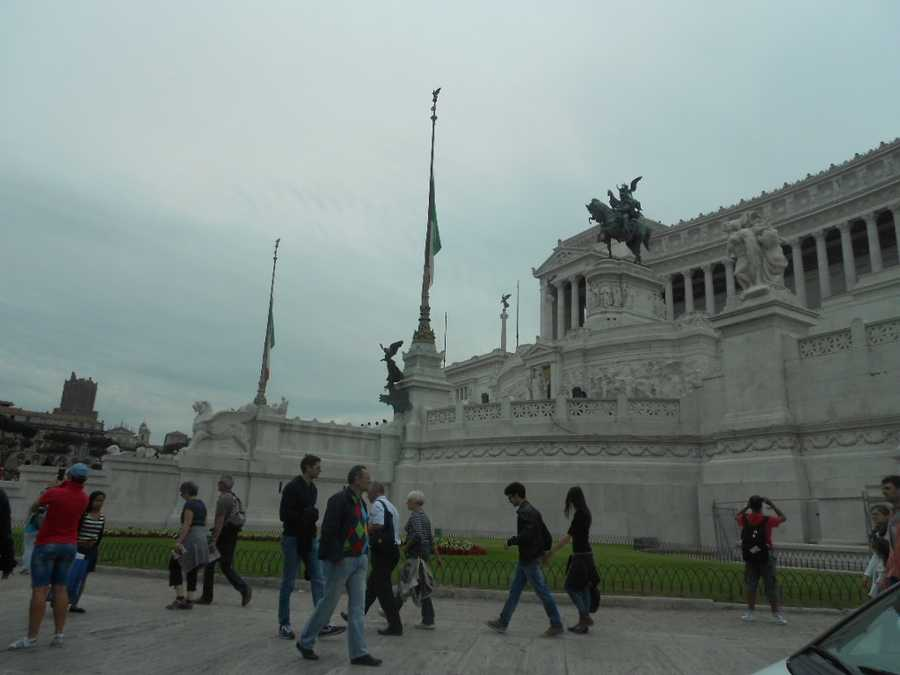 The Monumento Nazionale a Vittorio Emanuele IIis a monument built to honour Victor Emmanuel, first king of a unified Italy, located in Rome. (Wedding party and guests can enjoy sightseeing as much as the happy couple when going to a destination wedding).