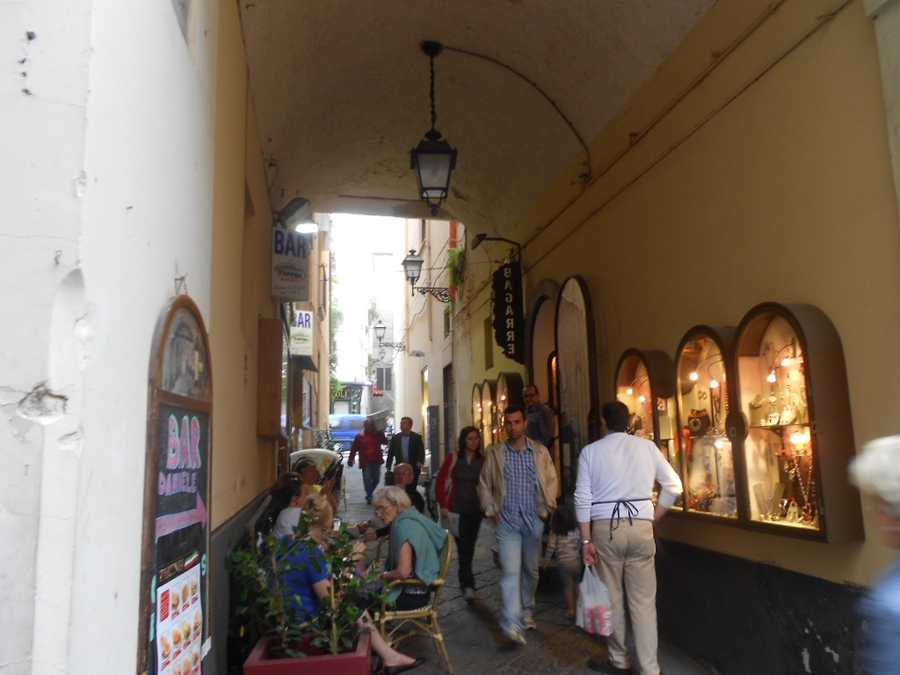 The wedding party and guests can stay in hotels or condos in Sorrento and they will have a lot to do with great shopping, restaurants and beautiful beaches.