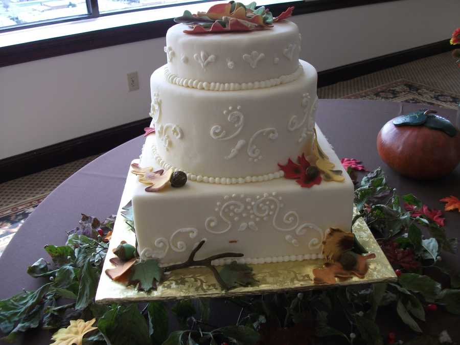 This wedding cake with autumn leaves and small pumpkins would be great for the themed wedding or wedding parties.
