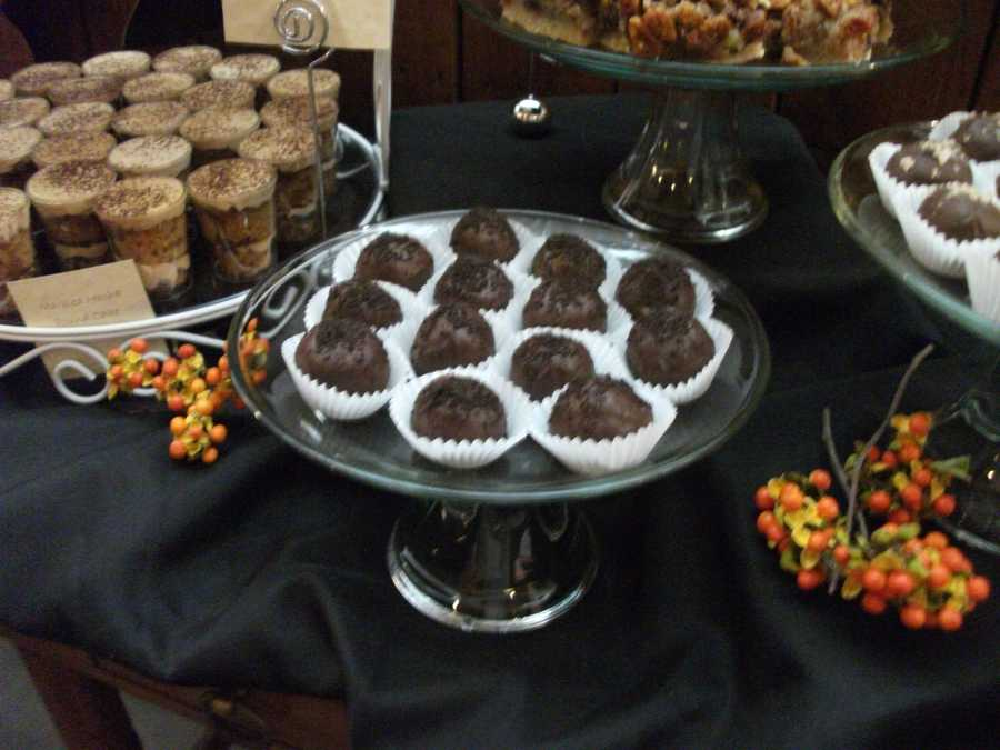 Decorate the dessert tables or any other buffet table with little highlights of fall colors with neat items like these berries.
