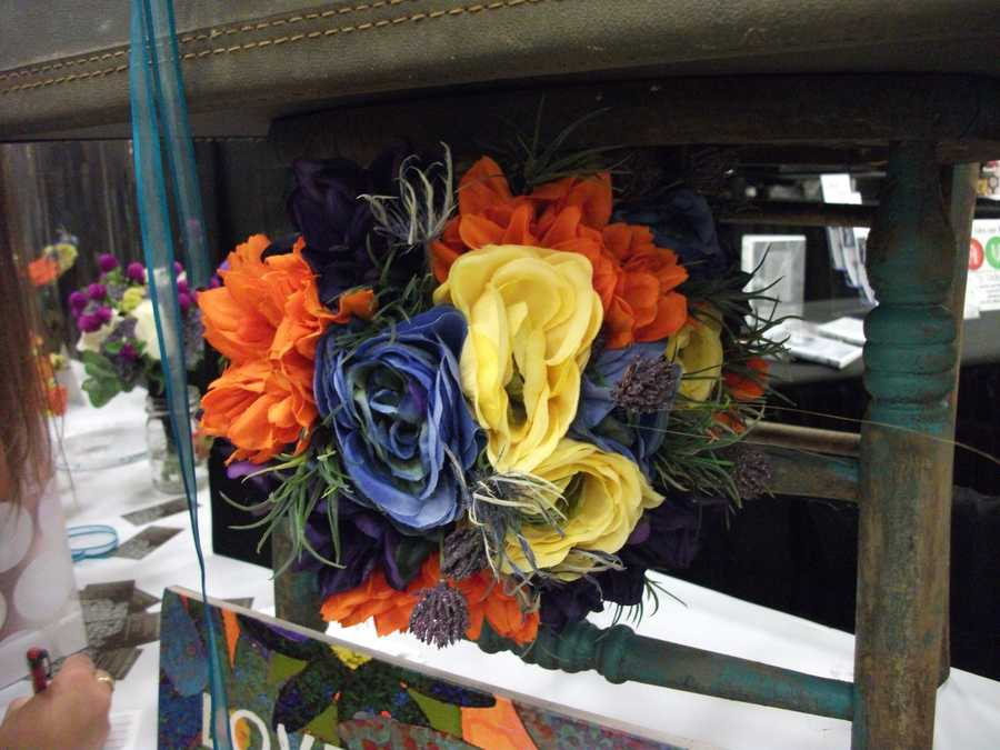 This big bouquet or flower arrangement is very colorful and matches anyFall, Halloween and/or Thanksgiving Themed Wedding. (Dahlias Flowers)