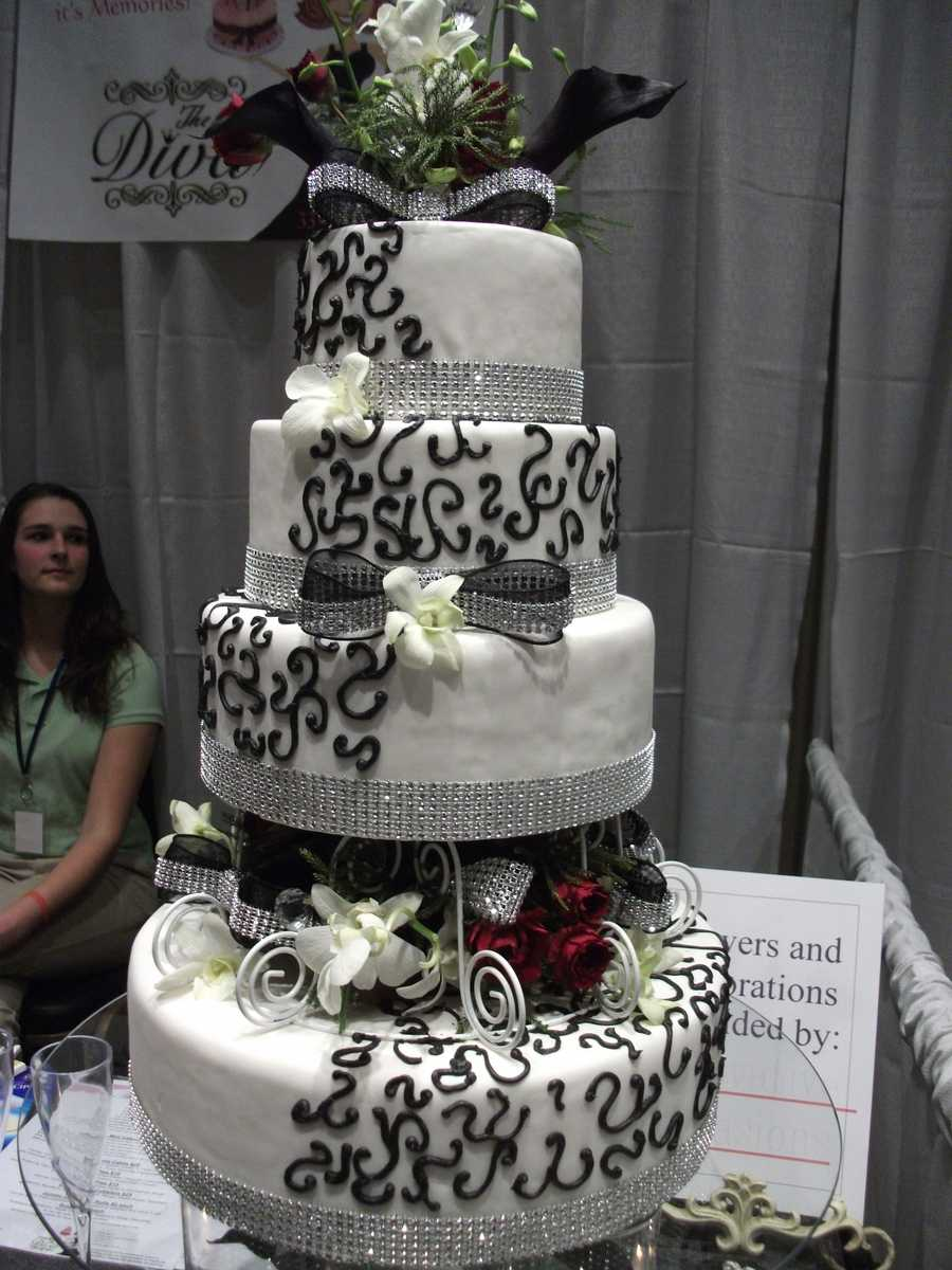 The Cake Diva had this beautiful three layered cake for your wedding reception. (zcakediva@gmail.com)
