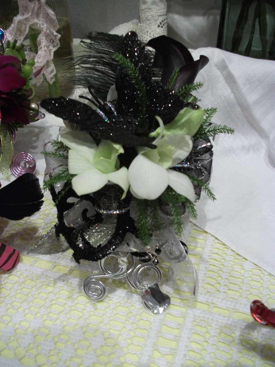 Innovative Occasions had this design that goes great with a Roaring 20's or Hollywood Themed Wedding with the feathers, black and silver creation.