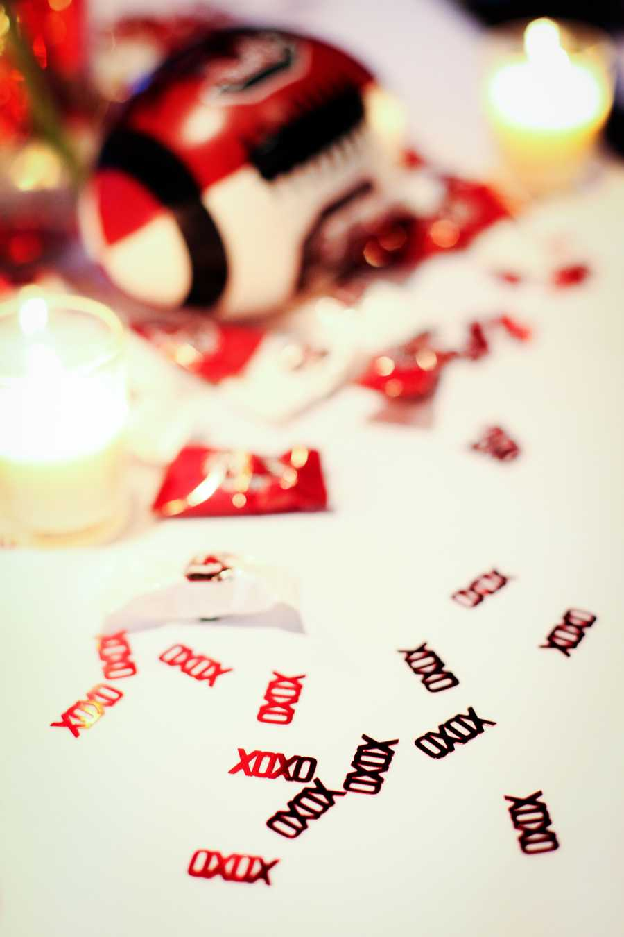 The tables can be decorated with the teams colors of red and black using confetti and a football. Elegant but still showing the sports theme.