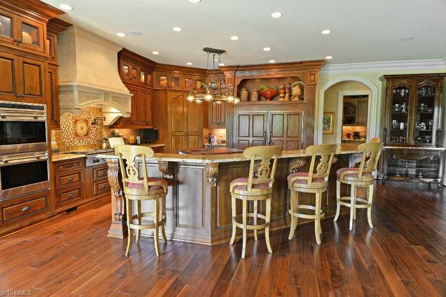 Gourmet Kitchen with eat-in bar area