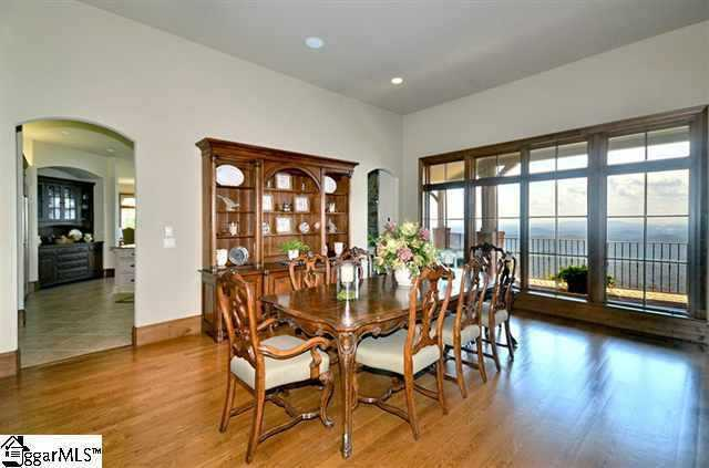 The dining room is 16' x 25.'