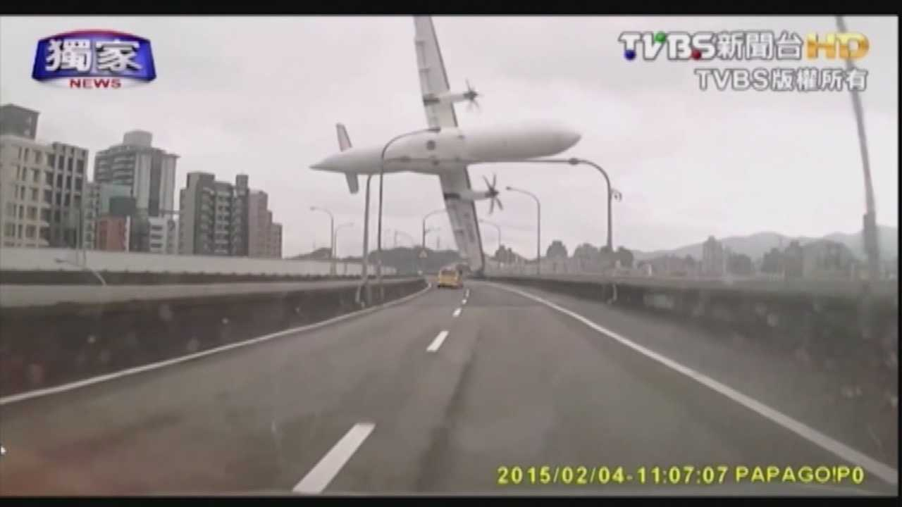 Incredible video of a TransAsia Airways plane just seconds before it crashes in Taipei, Taiwan.