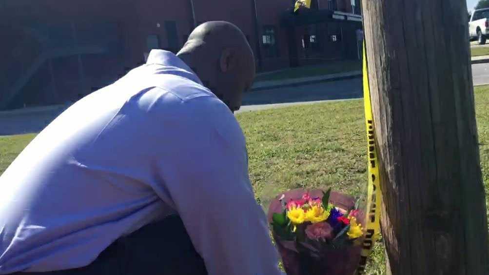Sen. Tim Scott lays flowers at Townville Elementary School