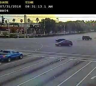 A driver drove through a red light after waiting for 44.4 seconds, as if it were OK, and made a left turn.