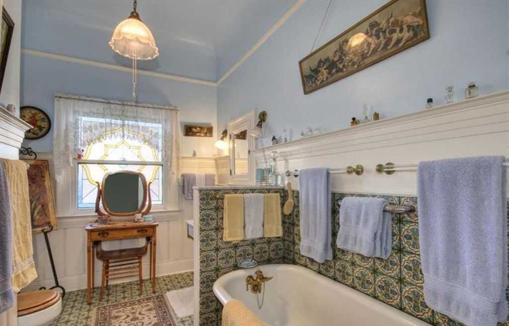 Sacramento Victorian mansion bathtub
