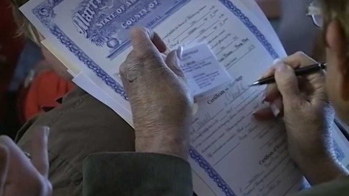 Gov. orders Ark. to resume issuing birth certificates