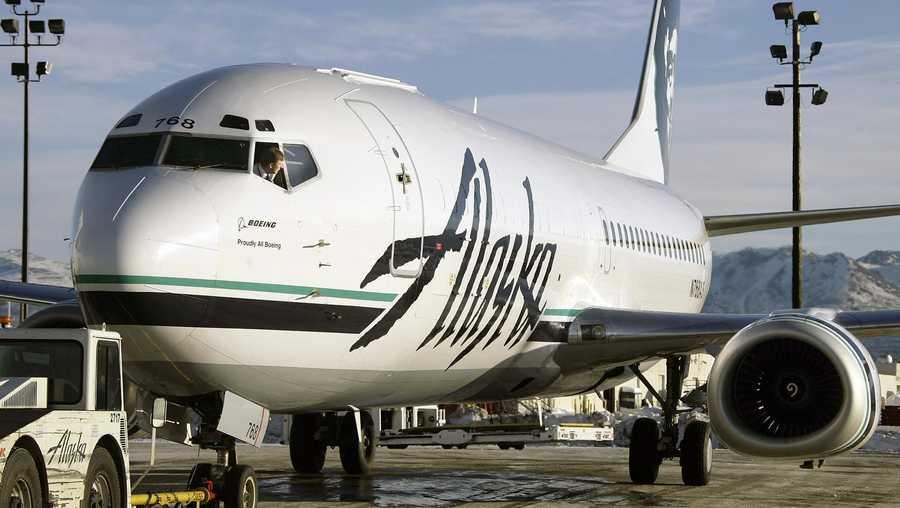 Alaska Airlines plane turns back after passenger strips naked