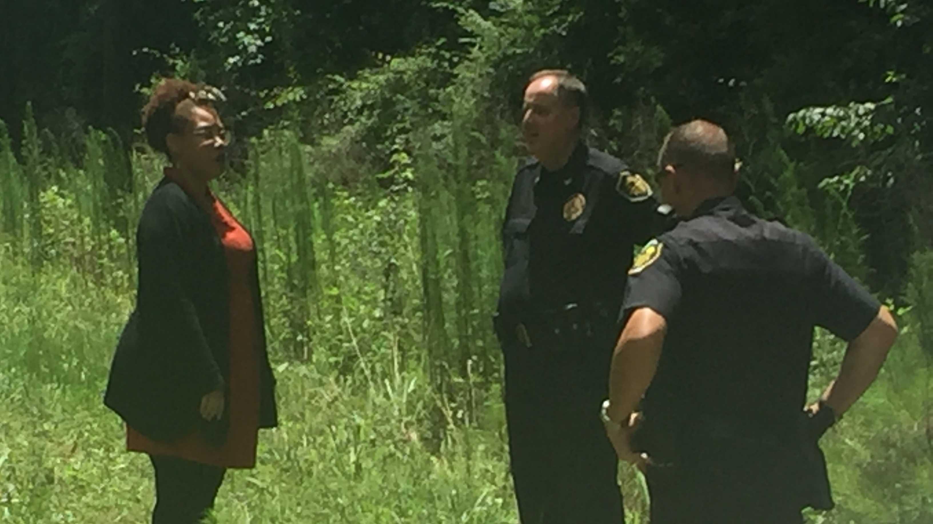 Tonya Winbush talking to Anderson Police Chief Jim Stewart