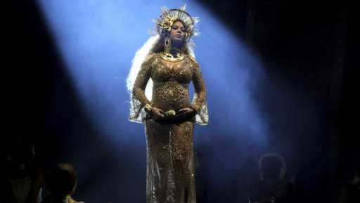 Beyonce performs at the Grammys in 2017