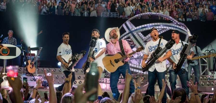 Kansas City Royals take the stage with Garth Brooks at Sprint Center