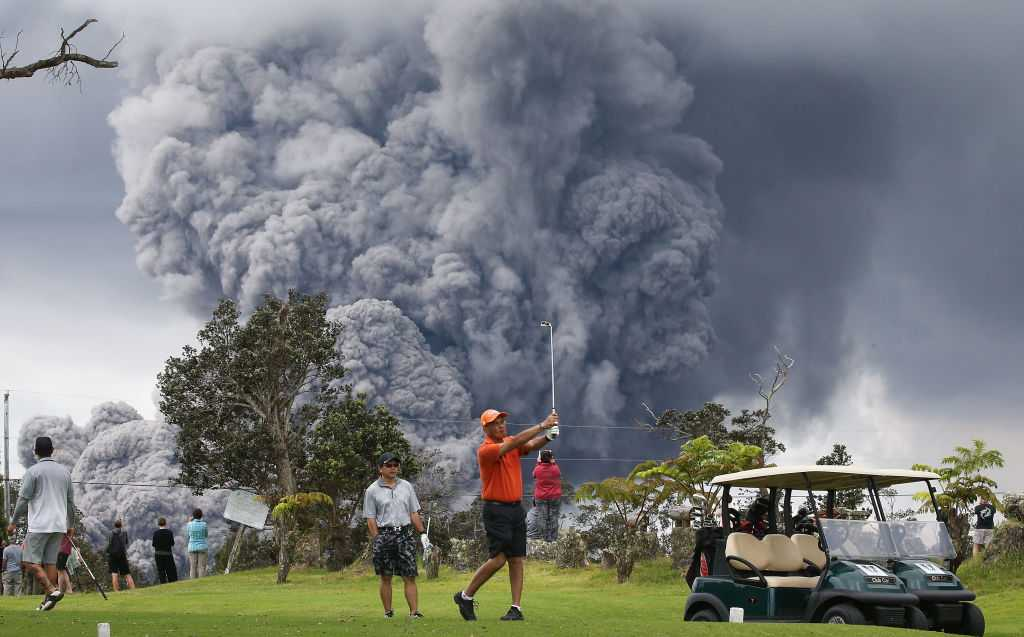 Photos: ​Hawaii residents look as billowing cloud of smoke swarms into air from volcano