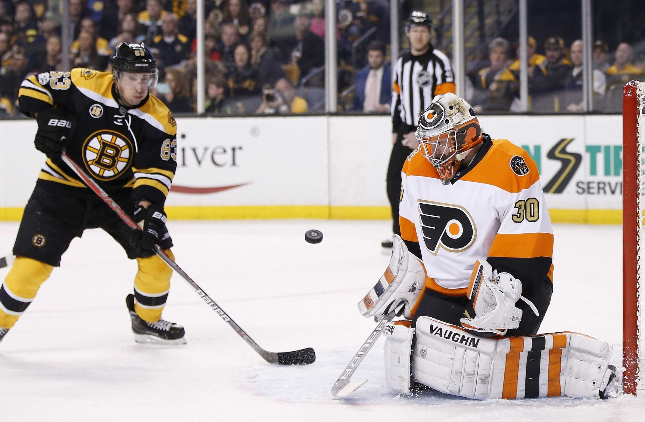 Flyers' Neuvirth carted off ice after collapsing in crease