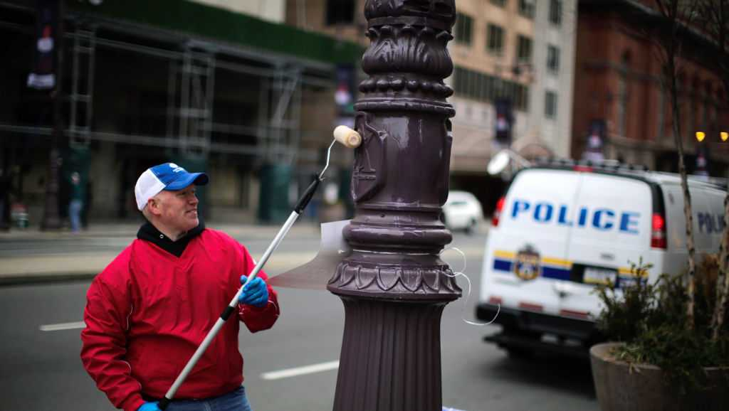 Philadelphia Eagle fans reacts to Police officers as they grease traffic light poles as security measure for Super Bowl LII fans on February 4, 2018 in Philadelphia, Pennsylvania