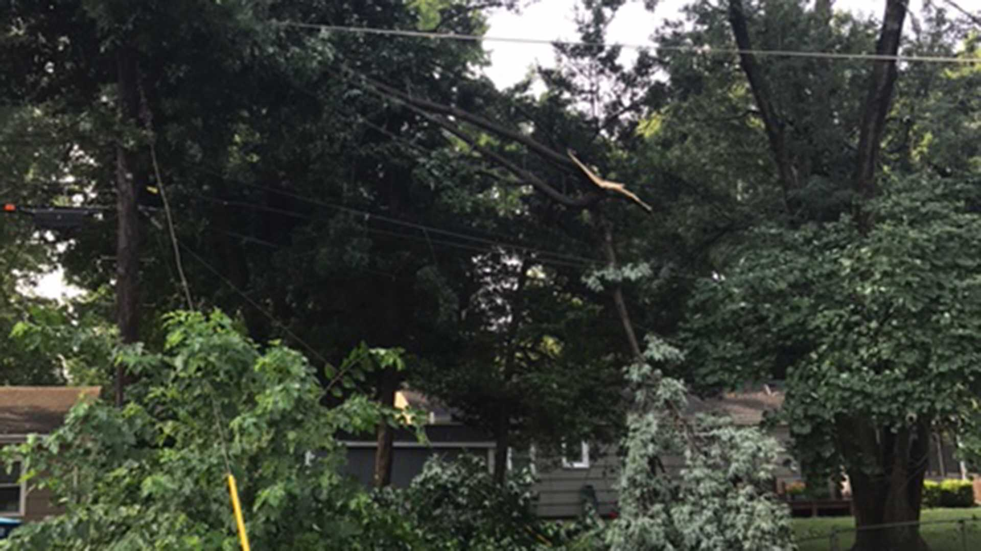 Severe thunderstorms leave thousands without power in metro