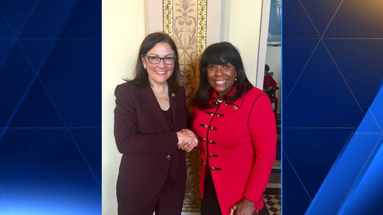 Reps. Terri Sewell and Suzan DelBene shake on a friendly Peach Bowl bet.