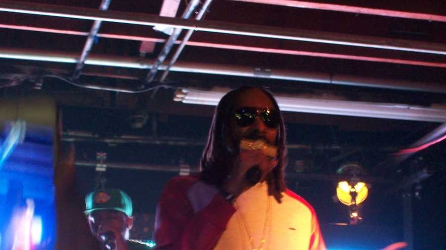 Interpreter steals Snoop Dog's shine at concert!