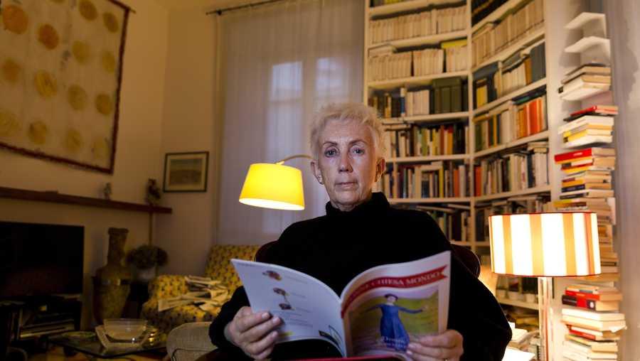 """Lucetta Scaraffia, editora en jefe de """"Donne, Chiesa, Mondo"""" (Mujeres, Iglesia, Mundo), posa para retratos en su casa de Roma, el miércoles 28 de febrero de 2018."""