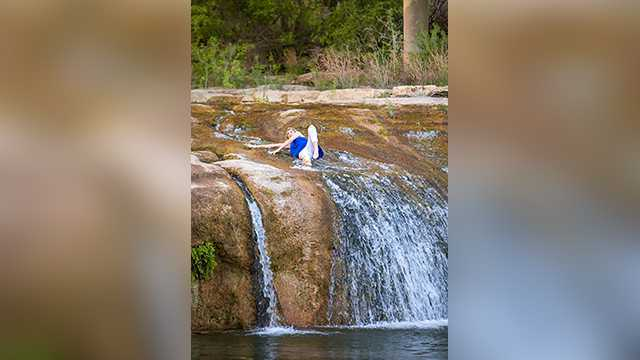 Laura Lee Gunn was taking her senior portraits when she slipped and fell into a river. The result of the epic fail were some hilarious, memorable senior photos.