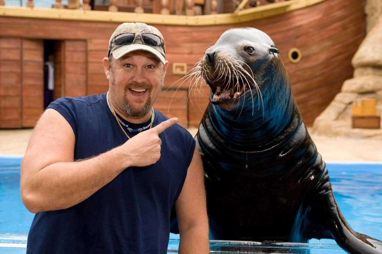 Larry The Cable Guy Breaks Dude's Arm In Arm Wrestling Match