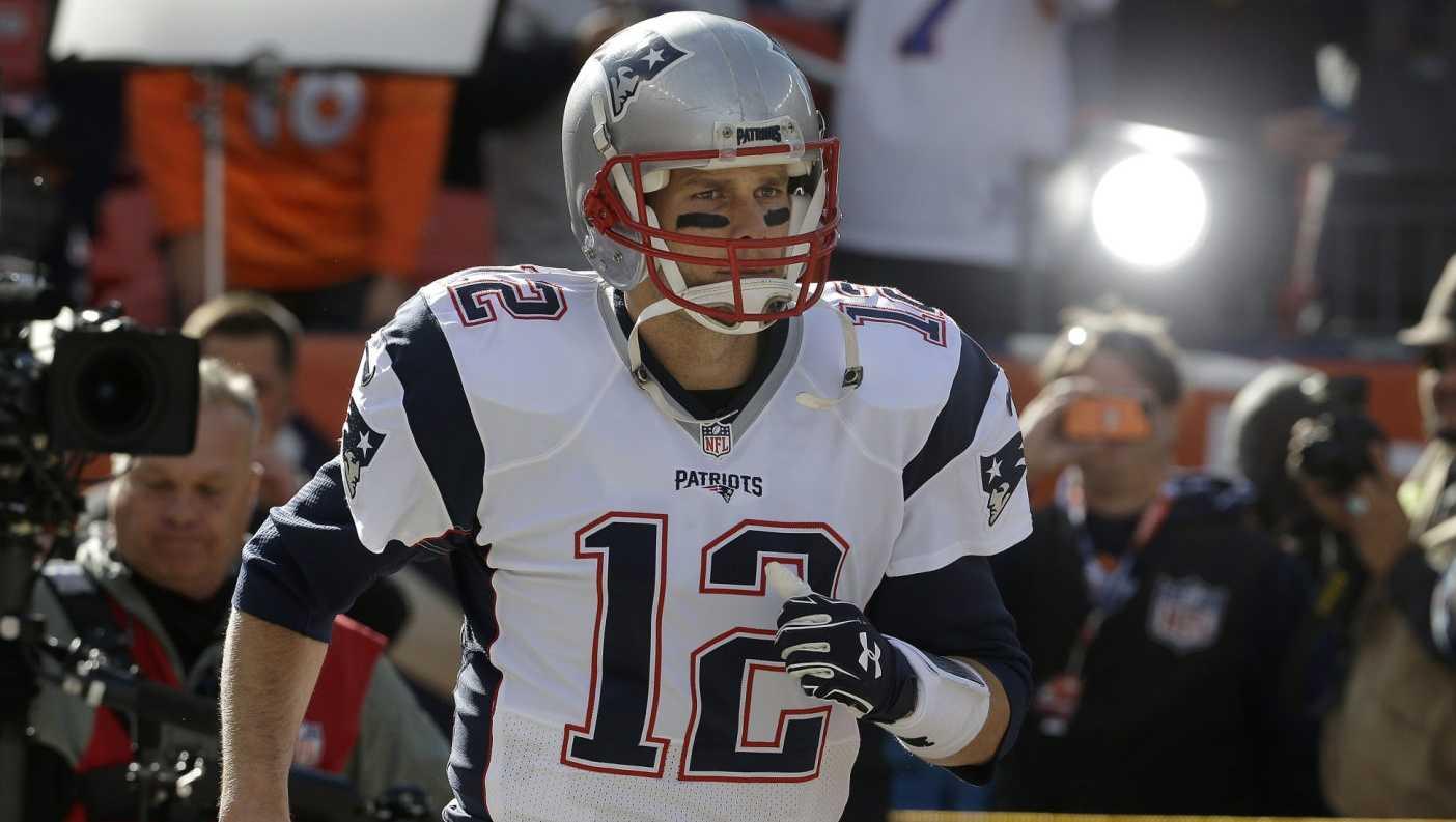 Tom Brady runs onto field in Denver